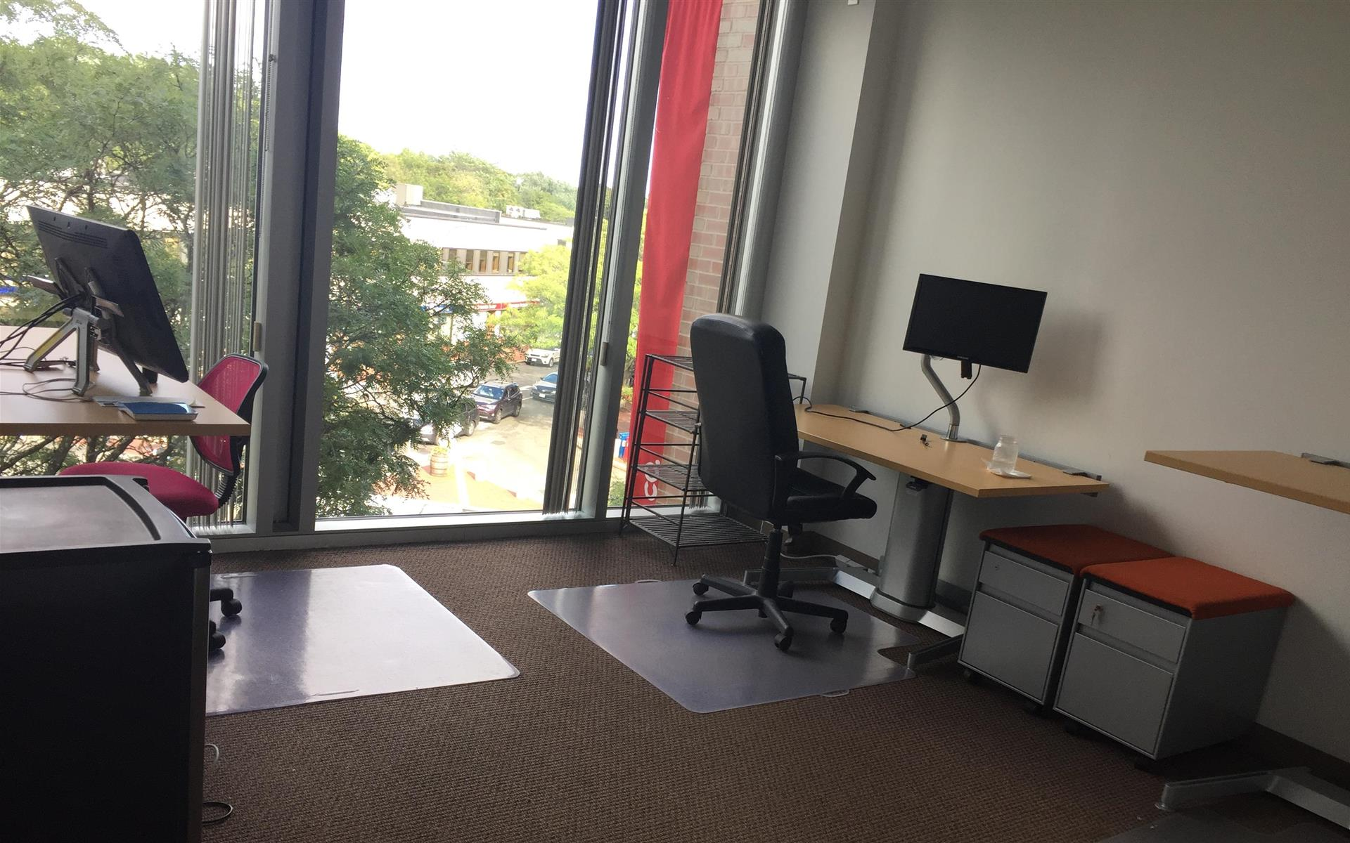 Echo & Co. - Dedicated Desk with Monitor