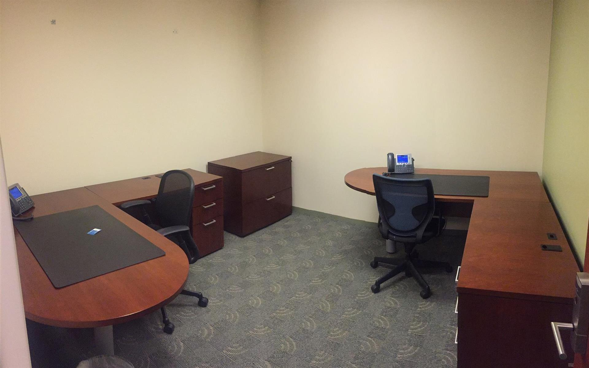 Carr Workplaces Rosslyn - Potomac Towers - Large Interior Office 3-4 people